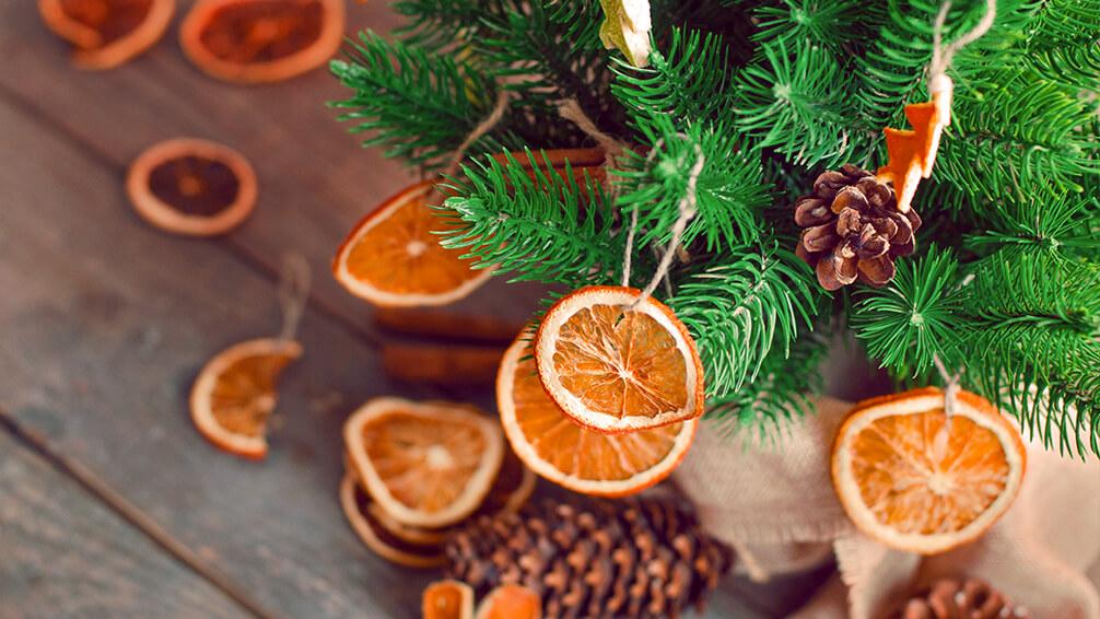 PFAS-christmas-tree-trends-citrus-orange-ornaments-pine-cones