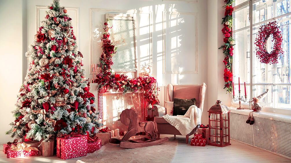 PFAS-christmas-tree-trends-peppermint-red-white-decor